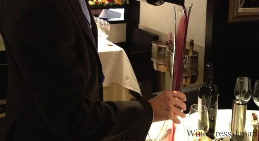 秘蔵のワインをデキャンタ中