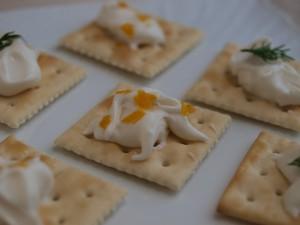 クリーミーなフレッシュチーズをナビスコクラッカーにのせ、柚子皮とディルをトッピング。