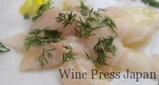 白身魚に岩塩、新鮮なオリーブオイル、ディルを添えて。