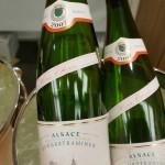 これがジャンの持つグラスに入っているワイン。ライチや香辛料のような香りで知られる品種、ゲヴルツトラミネールの「セレクション・ド・グラン・ノーブル オー・ショワ」。貴腐ブドウの粒よりなので、とっても甘くてリッチ!