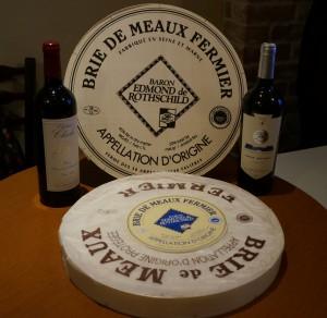 大きな大きなブリ・ド・モー。ご覧の通り、直径はワインのボトルの高さより長いのでした。