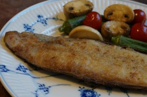 舌平目をバターでこんがりムニエルに。普通のスーパーでも時々売られるようになりましたが、舌平目がなくてもカレイなどの白身魚で。
