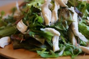 レタス、水菜の他に、香りをプラスするためにシソとミョウガの千切りも加えました。