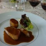 ブルゴーニュ赤と合わせた料理は、佐賀県産酵素豚ロースのア・ラ・ブロッシュ、ジャガイモのフォンダンとシュークリーヌ。
