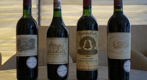 エリゼ宮のワインセラーに眠っていたボルドーの銘醸ワイン。目減り(液体の減少)も少なく、とてもよいコンディション。そして丸いシールには、エリゼ宮に所属していたこと、いつ、誰によってオークションにかけられたのかが記されています。