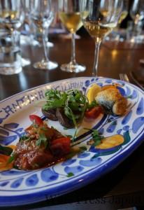 スパークリングワイン「700ブリュット」と合わせた、シチリアならではの前菜。奥からサーディンのベッカフィーコ、カツオのマリナート、カポナータ。
