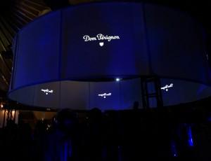 この直径7メートルのスクリーンに映し出されます。