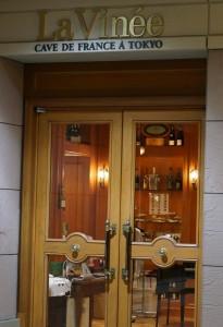 ちょっと重い扉です。左手前のワインショップPartyを通って行くほうが、入りやすいかもしれません。