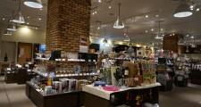 ワインの百貨店のような、広々とした空間と様々な商品。