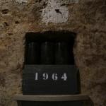 地下セラーに古いボトルが。デュポン社長の生まれ年、1964年は3本のみの在庫。