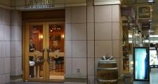 恵比寿ガーデンプレイスの地下。フランスワイン専門のショップ「ラ・ヴィネ」。すぐ隣にはロブションのパン屋さんが。