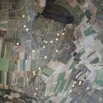 シュイィの畑の航空図。左の写真に合わせて「下」が北で集落付近が標高80メートル、「上」が南で森の部分が100メートルほど。左側部分が東向きのモンテギュー。