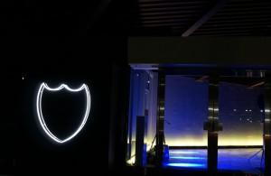 お披露目会の入り口サインは、ドン ペリニヨンのラベルの形状をした白い光。