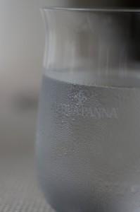 ワイングラスメーカーが製作した、アクアパンナの文字が施された専用のグラス。