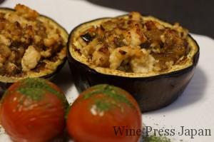 賀茂茄子をくり抜いて、詰めてこんがりと。ミディアムサイズのトマトも一緒にオーブンで焼いてつけあわせに。緑色はバジルのパウダーを彩りとして。