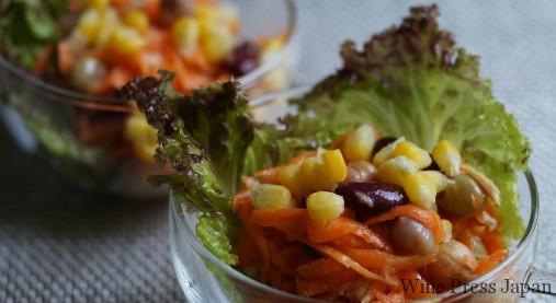 人参のサラダは、塩をして絞った水分の量のオレンジ果汁を足すと美味しいですね。今回は、コーンがミソです。
