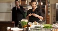 調理中のオルタンス。後ろに見える男性が(ちょっとピントは合っていませんが。笑)給仕長役のジャン=マルク・ルーロ!