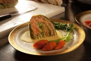 チリメンキャベツを使った「サーモンのファルシ」。パンフレットにはレシピも載っていました。人参は、ロワール産の人参のグラッセで、葉っぱも美味しく食べられるそうです。