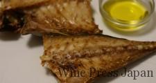 大きめサイズのアジ「トロアジ」の干物。念のためにオリーブオイルを添えて。