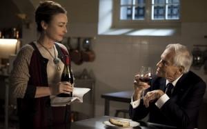 プライベート・シェフ専用の厨房で、大統領に熟成したワインを注ぐ主人公のオルタンス。