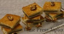 何だか懐かしいような味わいの海苔チーズトーストに、ローストしたクルミを添えて。