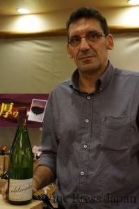 長身のエリックさんが手にすると、1000mlボトルも普通のボトルに見えます。。。