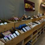 木箱がいっぱいの店内は、ワインに合わせて涼しい温度帯です。