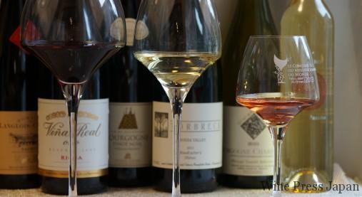 色々なワインで試してみると面白いかもしれません。ワインを注ぐのは「角」まで。これはお忘れなく!
