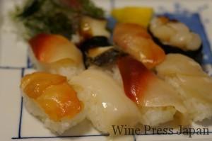 よくあるテイクアウトのお寿司屋さんでもとめた「貝づくし」。