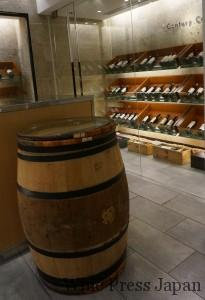装飾が施された、とはいえ使い込まれたボルドーの熟成用の小樽は、ここではテーブル代わり。