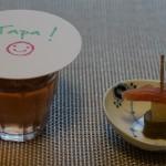もともとのタパ=蓋のイメージ(左)。「スペイン・グルメ・フェア」のセミナー会場で、こうして説明がありました。