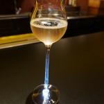 田崎氏デザインのグラスにシャンパーニュ。それをカウンターのこの位置に置くと、グラスの脚を通って光が泡をきらめかせる、という仕組み!