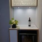 玄関を入るとすぐ、備え付けのワインセラーが。