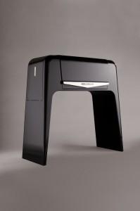 ピアノのような光沢のある黒塗りです。