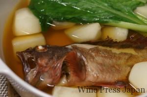 カサゴをカブと煮付けに。煮汁が余ったら、翌日には煮こごりとして楽しめます。