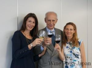 中央が29代目で社長を務めたレオナルド・フレスコバルディ氏。左のリヴィアさんと右のディレッタさんは、30代目。