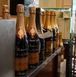 記念にと、ジャノー氏によるサイン・ボトルが並んでいます。