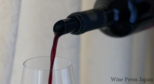 ワインが螺旋状に流れ出てきます。