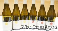 空ボトルですが、黄色いロゴが白ワイン、赤いロゴが赤ワインです。