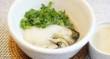 牡蛎と、スライスしたカブと葉っぱを器にのせ、お酒を少しふりかけて蒸したもの。胡麻ダレもマリアージュのポイントです。