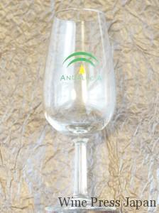 シェリーグラスは、よく見かける国際規格のワイン用テイスティングより少し細身です。このタイプのほうが香りがきれいに立ちのぼります。
