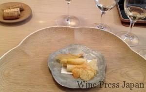 ホワイトアスパラの軽い天ぷらと、カリッカリの海老煎餅。シャスラと抜群の相性でした!