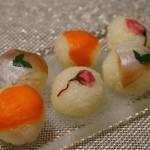 スモークサーモン、桜の花びら、小鯛と木の芽の手まり寿司。筍やフキといった野菜もいいですね。