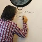 銀座のスペイン料理店「バニュルス」の2階右奥の壁にサイン中!