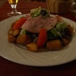 名産のクロタン・ド・シャヴィニョールのフライのサラダ。