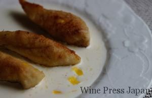 ソースの上の黄色はレモンの皮です。ワインの香りに合わせてアクセントに。