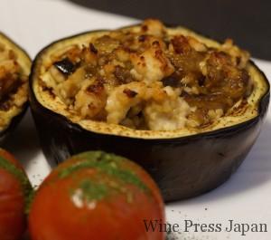 写真の茄子の中身は鶏挽肉ですが、これを合い挽き肉にして味噌味やオイスターソースで調味して焼くと、マルベックに合いそうです。