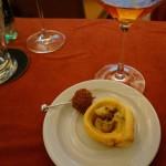 フルムダンベールとバナナのパイ(右)と、フルムダンベール入りパンデピスの揚げボール。