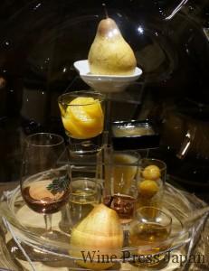 プイィ・フュメの館にディスプレイされていた香りのサンプル「洋梨や桃」。