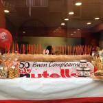 あらゆるお店でヌテラ50周年祝いディスプレイ。パン屋さんでは、大きな長いパンに50本のロウソクを!